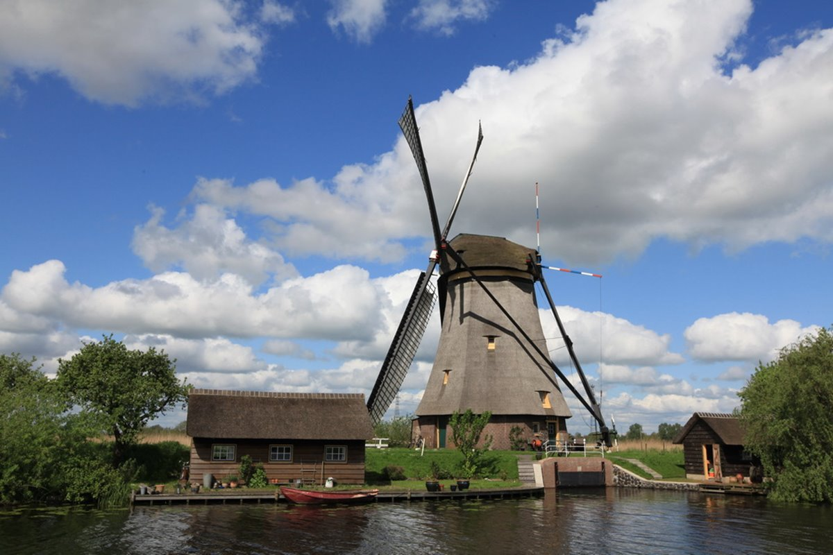 风车的倒影映照在水面上,那景象简直是荷兰大师笔下的一幅风景画